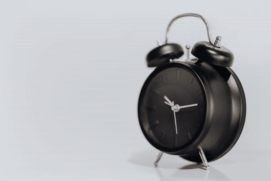 kaboompics_Black alarm clock